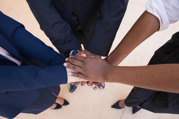 Gesto de trabalho em equipe, apoio ou amizade Foto gratuita