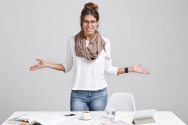 Gestora indignada gesticula com indignação, tem muito trabalho a fazer, Foto gratuita