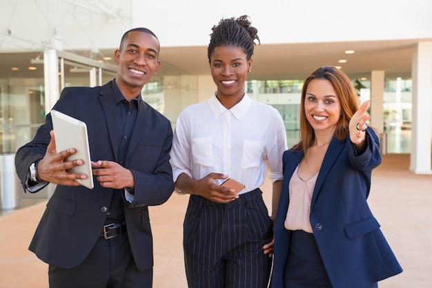 Gestores multiétnicos alegres discutindo abordagens de negócios Foto gratuita