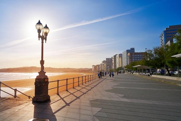 Gijon pôr do sol san lorenzo beach promenade asturias Foto Premium