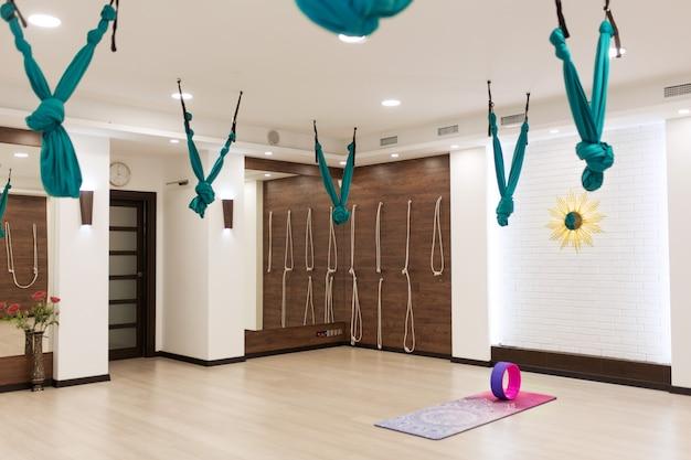 Ginásio vazio da ioga e da aptidão. esporte playground interrior Foto Premium