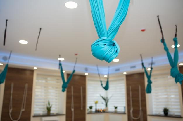 Ginásio vazio da ioga e da aptidão. interrior do recreio do esporte. Foto Premium