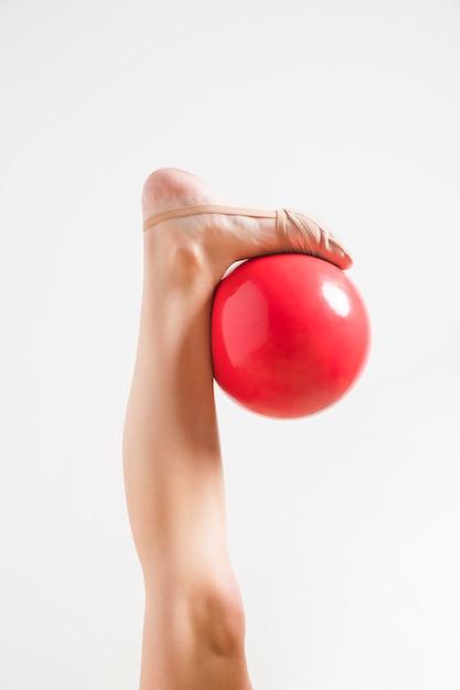 Ginasta rítmica posando com a bola Foto gratuita
