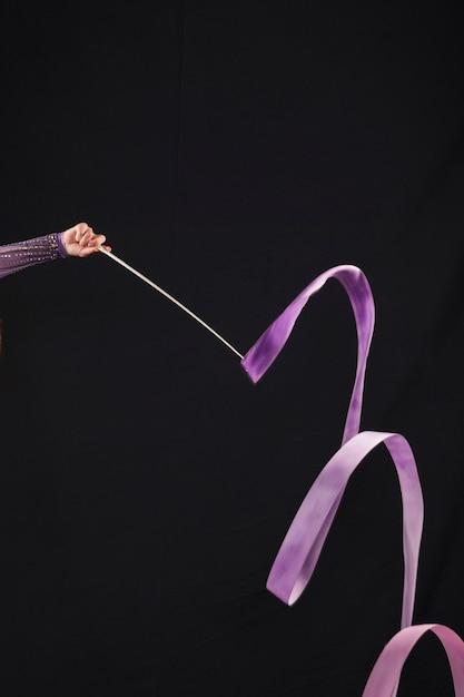 Ginasta usando a fita Foto gratuita
