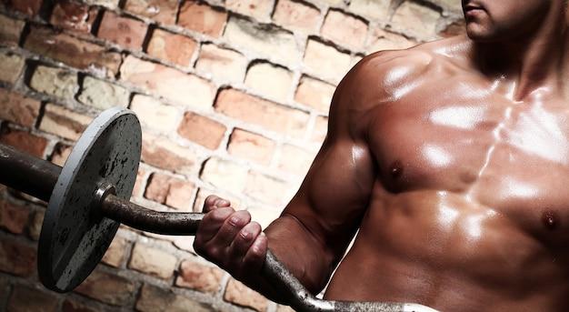 Ginástica. homem com barra Foto gratuita