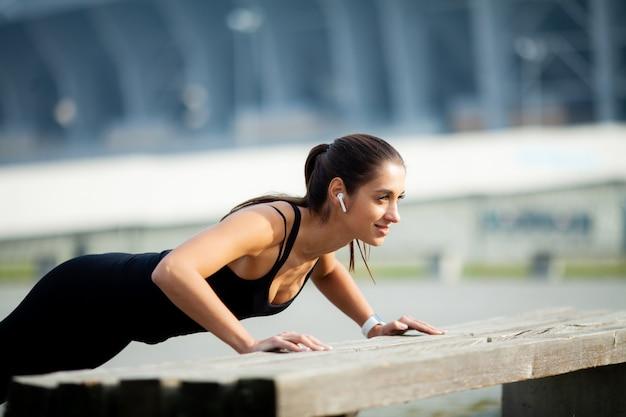 Ginástica. linda garota com músculos perfeitos. ela treina os músculos das costas. esportes da dieta da beleza do poder do conceito Foto Premium