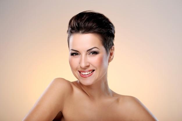 Glamour e linda morena mostrando seu rosto Foto gratuita