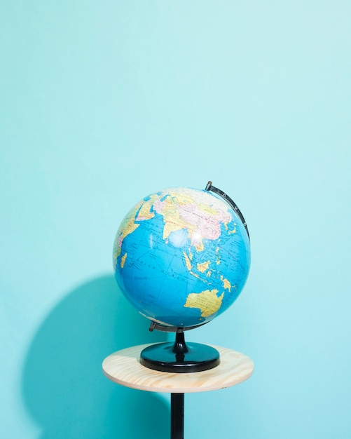 Globo no fundo azul com copyspace Foto gratuita