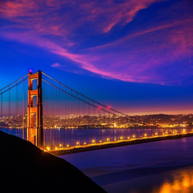 Golden gate bridge san francisco pôr do sol através de cabos Foto Premium