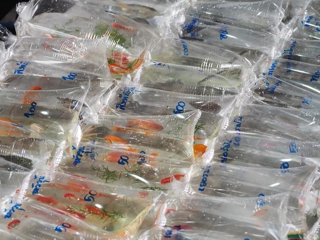 Goldfish são embalados em sacos de plástico vendidos no mercado de animais de estimação Foto Premium