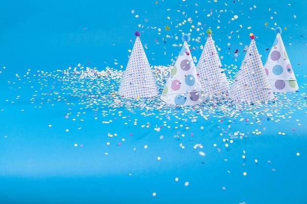 Gorros e confetes Foto Premium