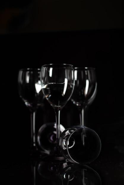 Gota de tinta abstrata para água em copo de vinho Foto Premium