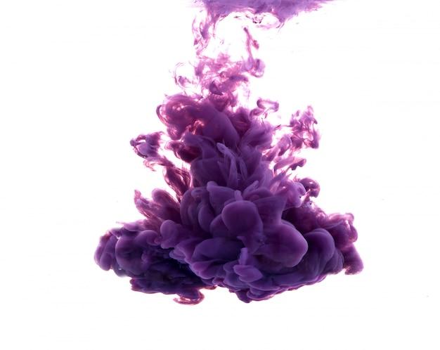 Gota de tinta roxa que cai na água Foto gratuita