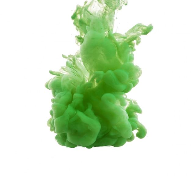 Gota de tinta verde que cai na água Foto gratuita