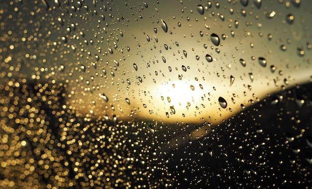 Gotas de chuva no pára-brisa Foto Premium