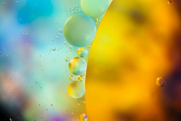 Gotas de óleo em um fundo abstrato de superfície de água Foto gratuita