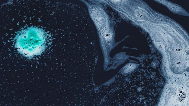 Gotas e redemoinhos de espuma Foto gratuita