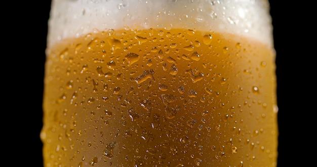 Gotas na cerveja recém derramada detalhe macro delicioso sem foco Foto Premium
