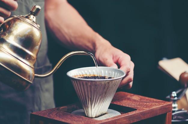 Gotejamento de café no café, imagem de filtro vintage Foto Premium
