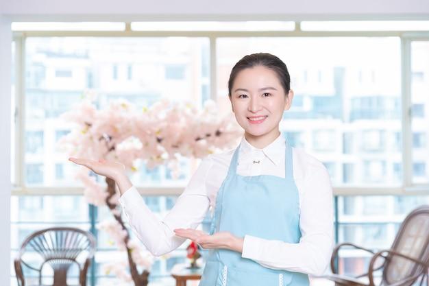 Governanta asiática no quarto do hotel Foto Premium