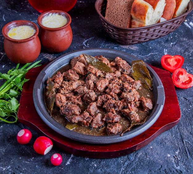 Govurma de carne branca com ervas e tomate Foto gratuita