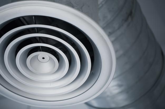 Grade do furo do ar do close up do canal de ar interior de tubulação refrigerando do metal dos condicionadores de ar na construção. Foto Premium