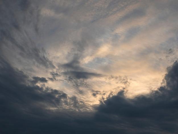 Gradiente incrível do céu noturno. céu nublado colorido ao pôr do sol. textura do céu, fundo abstrato da natureza, foco suave. Foto Premium