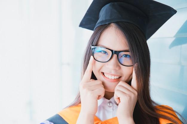 Graduação de mulheres asiáticas bonito retrato, universidade de tailândia Foto Premium