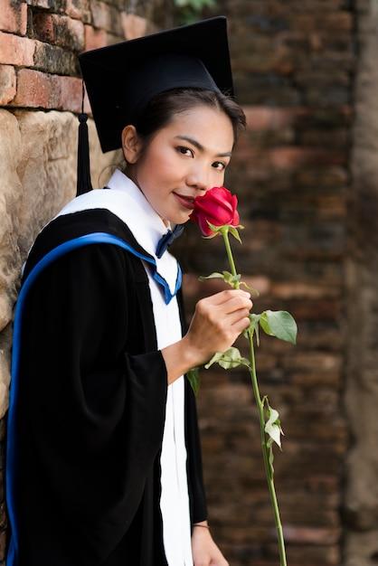 Graduados da fêmea do retrato vestem a graduação azul. Foto Premium