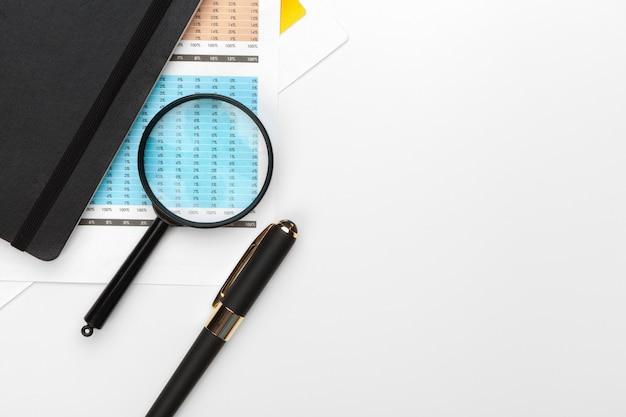 Gráfico de negócios com lupa na mesa Foto Premium