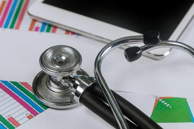Gráficos analíticos médicos eletrônicos do estetoscópio usando na tabuleta digital Foto Premium