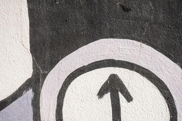 Grafite de rua com seta e fundo colorido Foto Premium