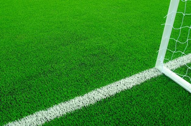 Grama verde artificial com listras brancas no campo de futebol Foto Premium