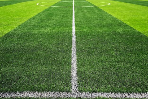 Grama verde brilhante e escura artificial no futebol ao ar livre ou estádio de futsal Foto Premium