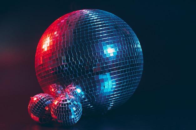 Grande bola de discoteca em fundo escuro Foto Premium