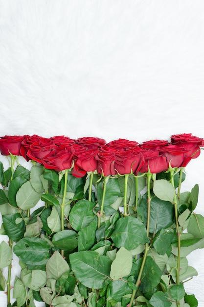 Grande buquê de rosas vermelhas em pêlo branco Foto Premium