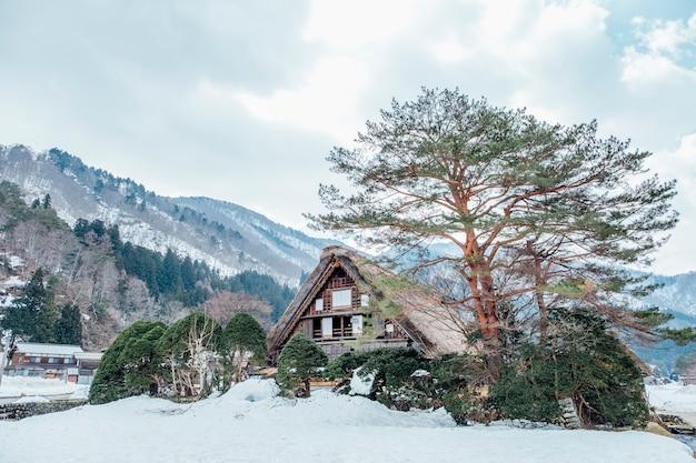 Grande cabana na neve em shirakawago, japão Foto gratuita