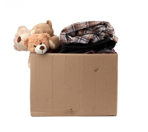 Grande caixa de papelão marrom cheia de coisas e brinquedos infantis Foto Premium