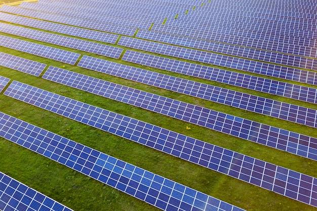 Grande campo de painéis solares fotovoltaicos produzindo energia limpa e renovável Foto Premium
