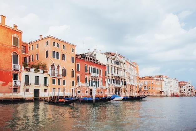 Grande canal de veneza com gôndolas e ponte de rialto, itália no dia brilhante de verão Foto Premium