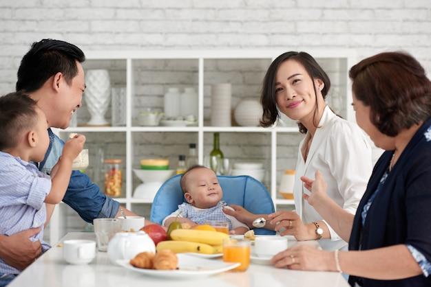 Grande família asiática tomando café da manhã Foto gratuita