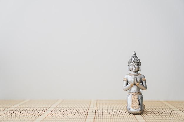 Grande figura de buddha Foto gratuita