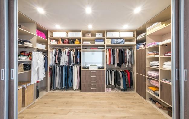 Grande guarda-roupa com roupas diferentes para vestiário Foto Premium