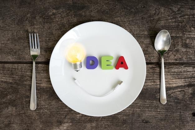 Grande ideia de lâmpada brilhante com sorriso Foto gratuita