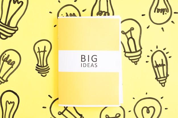 Grande idéias diário na mão desenhada lâmpada em fundo amarelo Foto gratuita