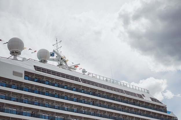 Grande navio no porto Foto gratuita
