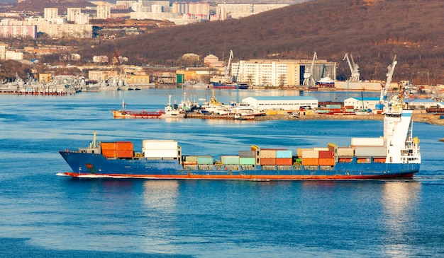 Grande navio porta-contentores no porto Foto Premium