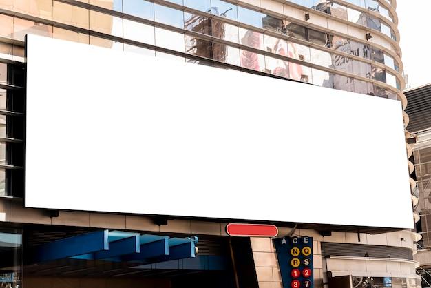 Grande outdoor de maquete em um prédio da cidade Foto gratuita