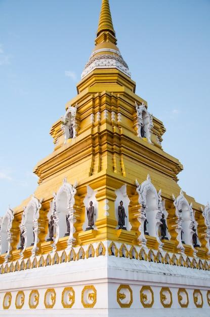 Grande pagode dourada com fundo de céu azul Foto Premium