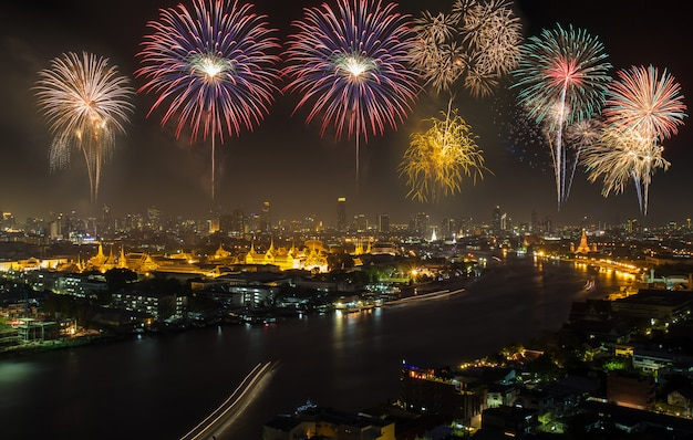 Grande palácio no crepúsculo com fogos de artifício coloridos (bangkok, tailândia) Foto Premium